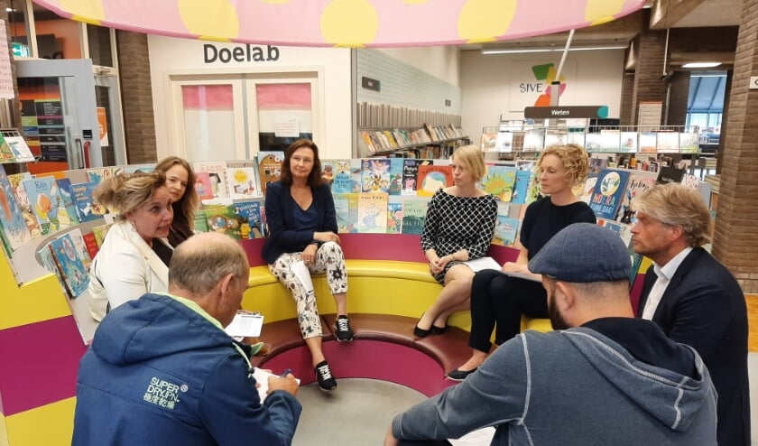 <p>Sandra Lentfert, Jenneke Koehorst, June Nods, Marit Kruiskamp, Marlies Olthuis en Jan Hoogenberg bijeen in de bieb.<br><br></p>