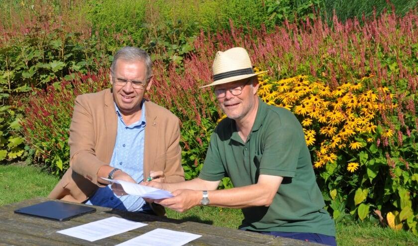 <p>Wethouder Spekschoor en Frank van Dam (voorzitter van de Stichting Invulling Stad & Landschap) tekenen de gebruiksovereenkomst</p>