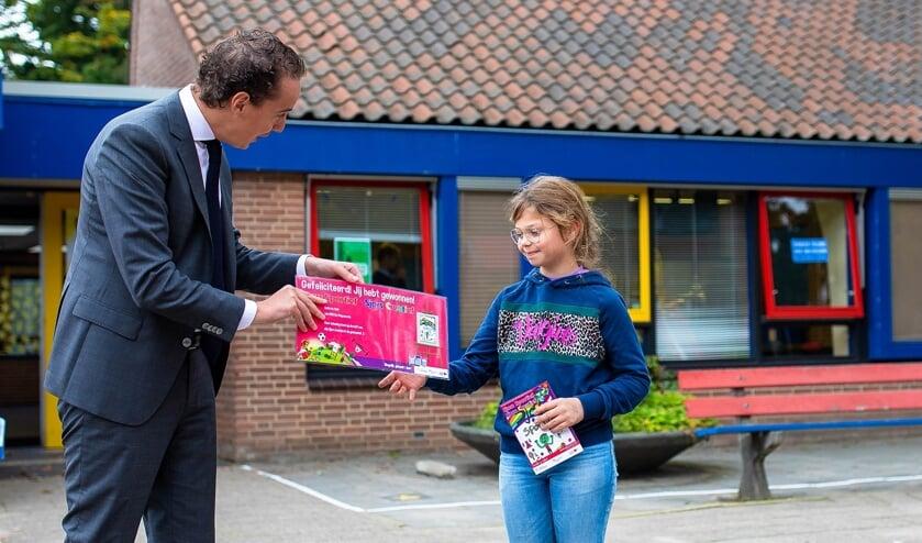 <p>Sofie werd verrast door wethouder Arjen Maathuis.</p>