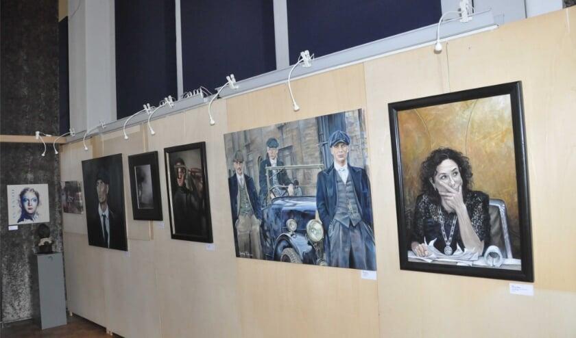 <p>Een aantal portretten uit de inzendingen in 2019. De vrijwilligers hebben de panelen zelf gemaakt en kunnen zo de Smidse passend inrichten en zorgen dat de werken op hun mooist uitkomen.</p>