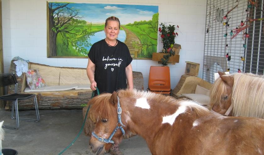 Amber moet er niet aan denken wat er met de paarden en pony's gebeurt als de stal de deuren moet sluiten.