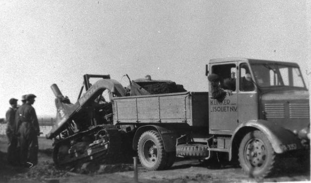 Het begon in 1947 met vier vrachtauto's. Ze bleken veel te licht voor het werk in de modder en werden toentertijd moeizaam met een soort bulldozer beladen. Foto:  © DPG Media