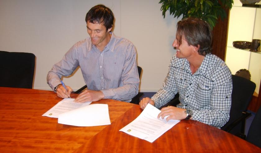 Onder het toeziend oog van Marc van Hintum tekende Raimond van der Gouw in 2009 zijn Vitesse-contract. De keeperstrainer verruilt de Arnhemse eredivisionist komend seizoen voor PSV.