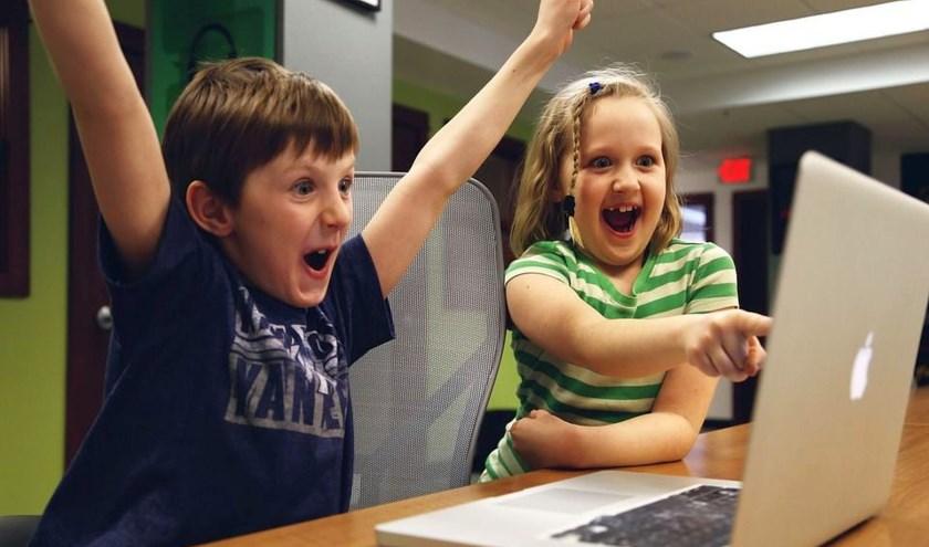 Kinderen hebben plezier in het ICT-lab.