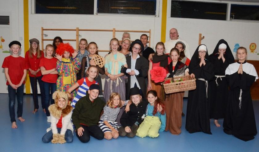 Zo'n 25 basisschoolleerlingen spelen mee in de musical. Op de achterste rij Joop van Leeuwen.