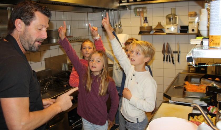 Paul stelt vragen, maar de kinderen weten inmiddels alles over de keuken. Foto: Marcel Heunks