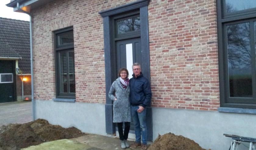 Jan en Helma Vonk voor hun nieuwe pand. Ze staan bij de deur van wat straks een 'bed & breakfast' wordt, die ze samen gaan runnen. Er ligt nog modder, maar in de lente wordt het heel mooi...