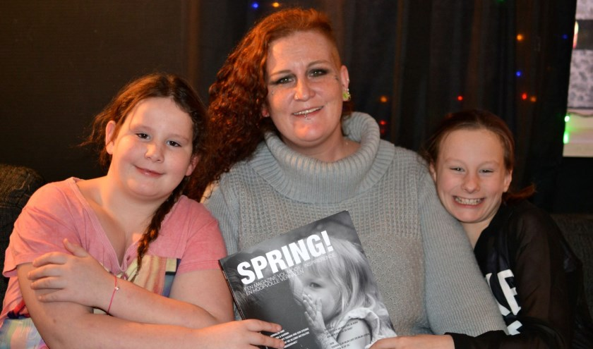 """Daimy, Tanja en Yana. """"Het magazine is zo mooi geworden!"""" (Foto: Britt Planken)"""