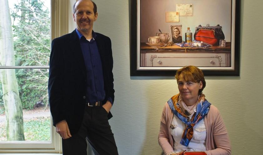Peter van den Borne en Marleen Huibers-Jacobs voor het schilderij dat Peter voor zijn oud-klasgenote schilderde.