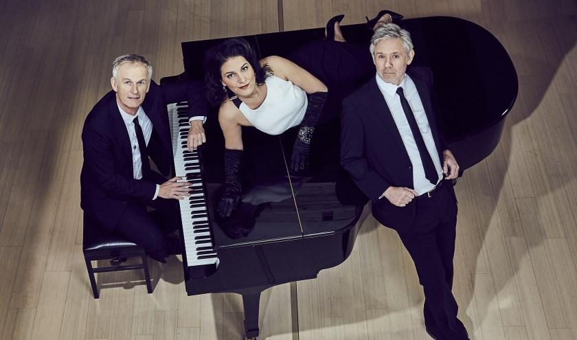 Cor Bakker (links) ontvangt Ivo Janssen en Fay Claassen. foto: PR