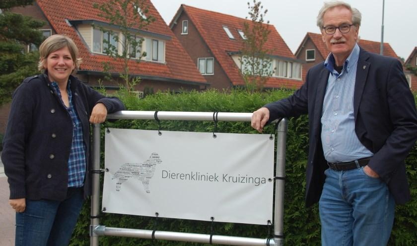 Dierenarts Felix Kuiper (rechts) gaat met pensioen. Zijn praktijk wordt overgenomen door Jolanda Kruizinga. Dierenkliniek Kuiper heet voortaan Dierenkliniek Kruizinga.