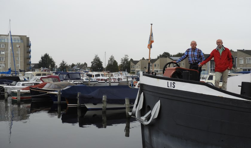 havenmeester Gert-Jan Schouten(links) en  Handgraaf (rechts)de persoon in het rode jasje, de andere persoon is de havenmeester Gert-Jan Schouten.