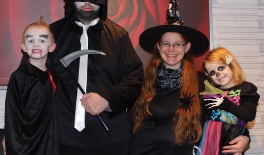 """De familie Teunissen is er helemaal klaar voor. """"In Abersland klinkt zaterdag 'Happy Halloween' aan de deuren, da's toch vriendelijker dan 'je snoep of je leven'."""""""