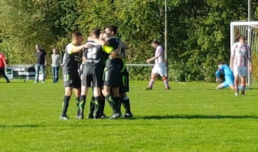 Na een moeizame eerste helft vieren de jongens van HC '03 1 in de 78e minuut het derde doelpunt  tegen SC Rijnland 1. In Tolkamer werd de stand uiteindelijk 1-3 en nam de Dremptse club de winst mee naar huis. (foto: Kitty Buil)