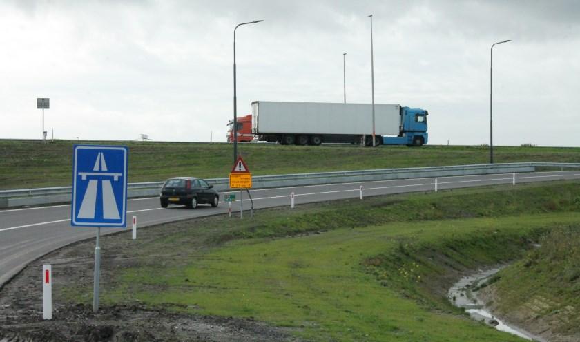 Na de openstelling op maandag werd er al druk gebruikt gemaakt van de nieuwe op- en afritten van de A58. FOTO: Leon Janssens