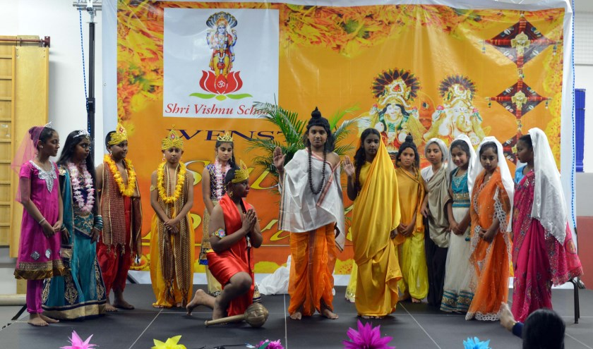 Kinderen van de Shri Vishnu School vieren Divali met een musical. (Foto: Jos van Leeuwen)