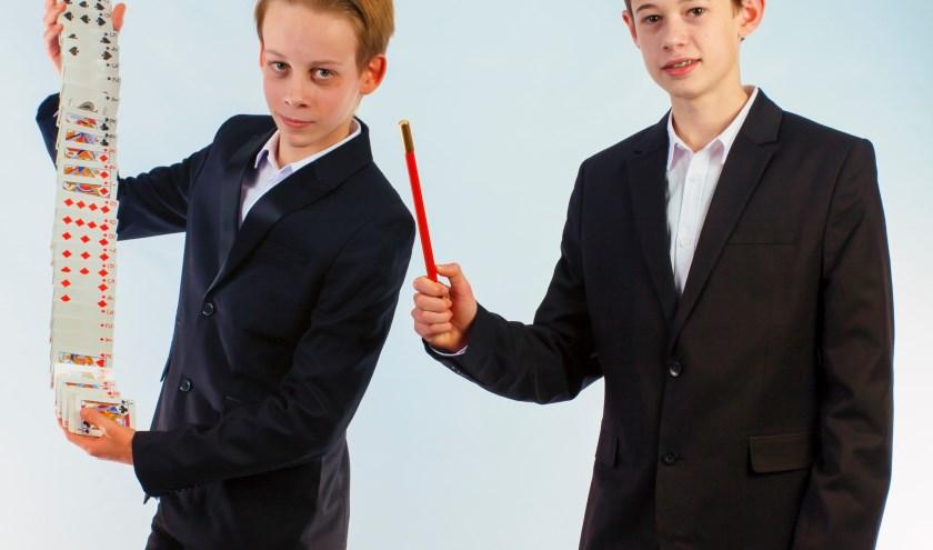 De jonge goochelaars Luca de Vries (l) en Espen Dee bereiden zich voor op het NK Goochelen 2018. (Foto: Gerda van Ekris Fotografie)