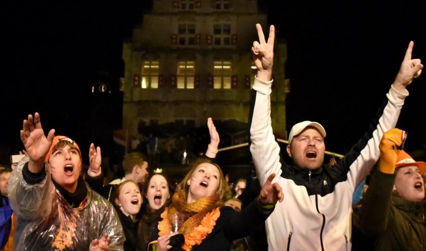 Uitzinnig publiek tijdens de Goudse Oranjenacht. Foto: Marianka Peters