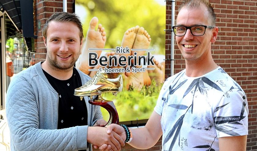 Kelvin Meijer (links) krijgt de Gouden Schoen van Rick Benerink.
