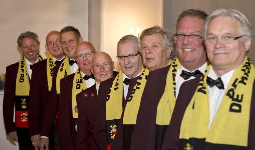 Negen van de vijftien Heeren van de Rijpickerwaard trokken vrijdag voor het eerst hun nieuwe kostuum aan. Op elf-elf live te zien tijdens het openingsfeest van carnaval. (Foto: Peter Vos)