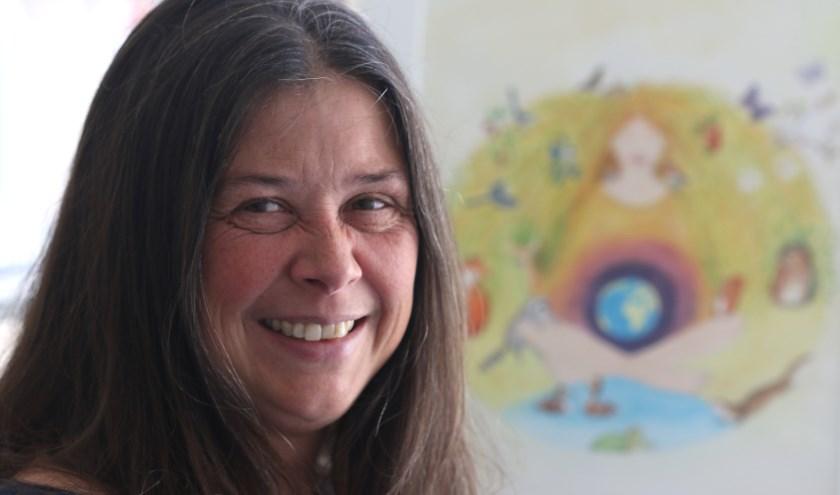 """Susanna bij een van haar illustraties: """" Ik investeer serieus in mijzelf. Ik begin in januari samen met een psycholoog aan een lotgenotengroep rouw en verlies voor mensen die hun partner hebben verloren."""" (foto: Feikje Breimer)"""