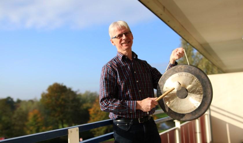 """Achille: """"Ik heb mijn praktijk als klankmeester en verkoop gongs die ik importeer uit China. Dankzij De Vrije Stroom kan ik mijn eigen bedrijf ontwikkelen."""" (foto: Feikje Breimer)"""