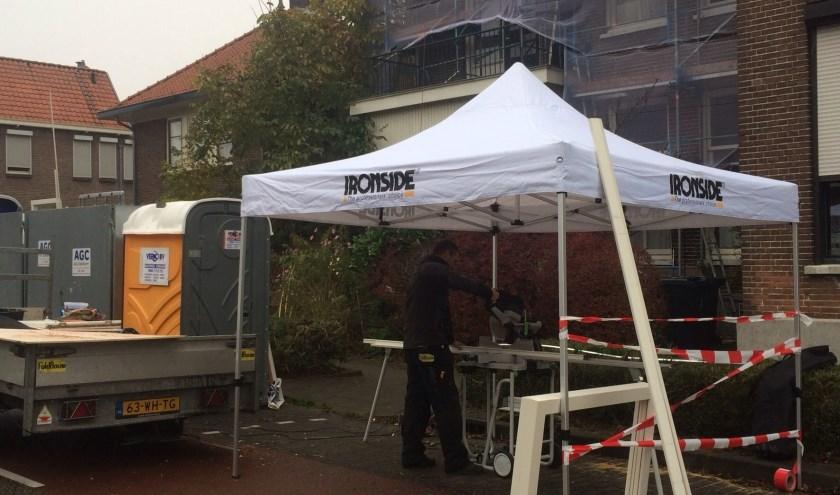 Op fietse zie ik de broers Christiaan en Casper Fuld werken aan een renovatieproject van woningen. Ze bedachten om bij natte weersomstandigheden de dure elektrische zaag onder een partytent te zetten.