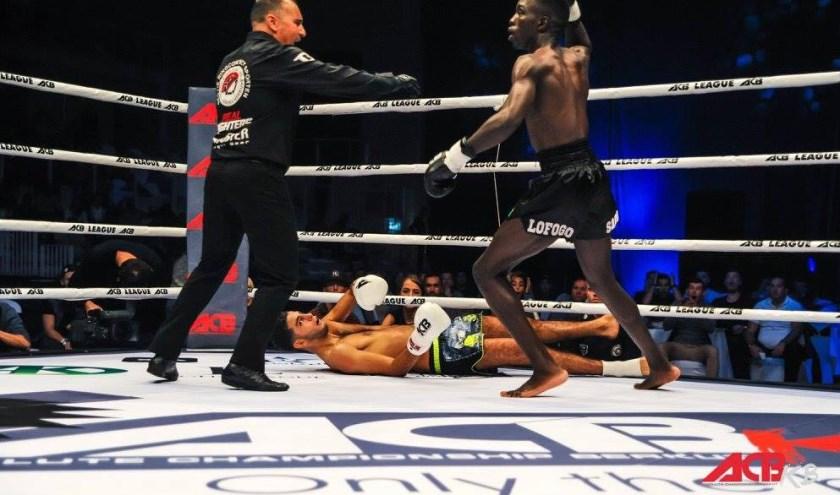Lofogo in de ring (rechtsvoor) (Foto: Lofogo Sarour)