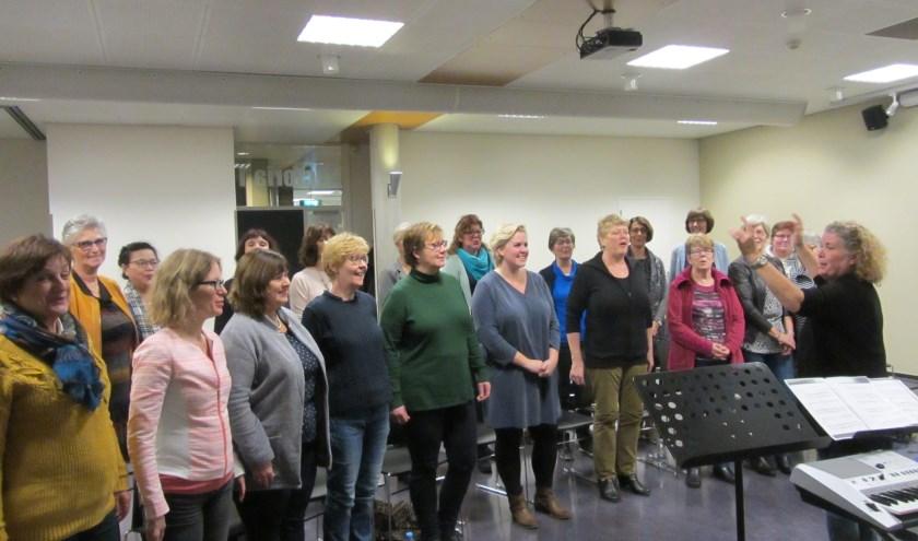Vocal Heart repeteert onder leiding van zangcoach Judith Ellis.
