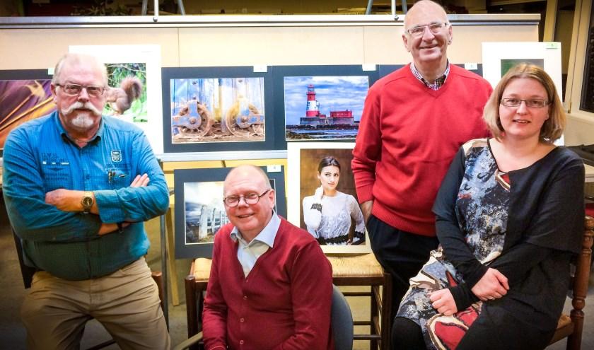 Het bestuur bestaat uit v.l.n.r. Piet Damsteeg, Bertus de Jong, Ad van Wingerden en Chantal van Bergeijk. (Foto: Fotoclub Molenwaard)
