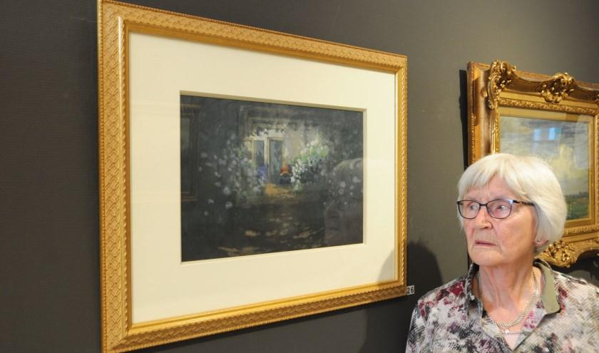 Vrijwilliger Pia Heideveld bewondert het Eper Huisje van Jan Voerman senior. Foto Voerman Museum Hattem.