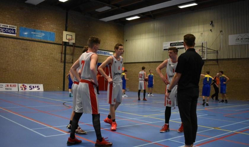 De coach spreekt geeft z'n spelers instructies. (Foto: Marti Verhaar)