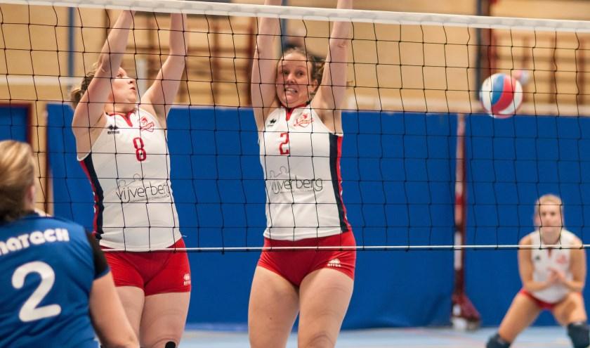 Met goed verzorgd volleybal en slim spel gaat de laatste set met duidelijke cijfers naar de thuisploeg. (Foto: Henk Ossel)