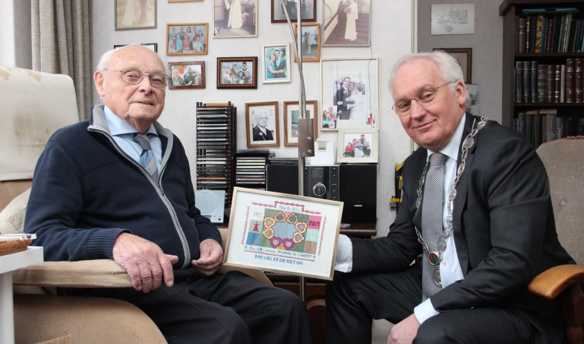 Burgemeester Dirk van der Borg kwam op bezoek en bewonderde de heer Karsdorp's borduurwerk.