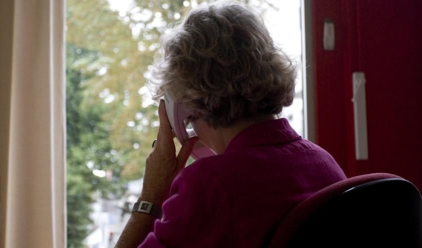 oudere vrouw bellen