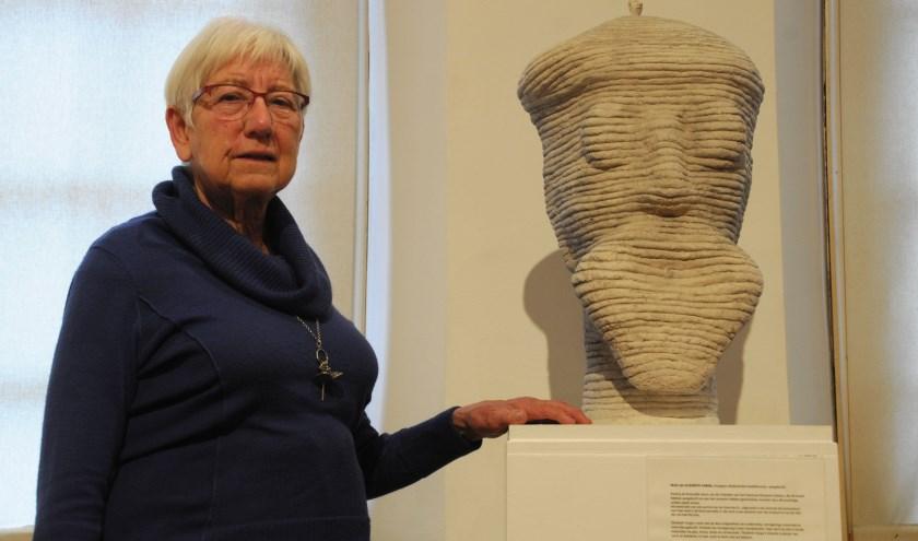 Anneke Lambooy bij de door Elizabeth Varga gemaakte kop van Jan Voerman senior. (foto: Voerman Museum Hattem)