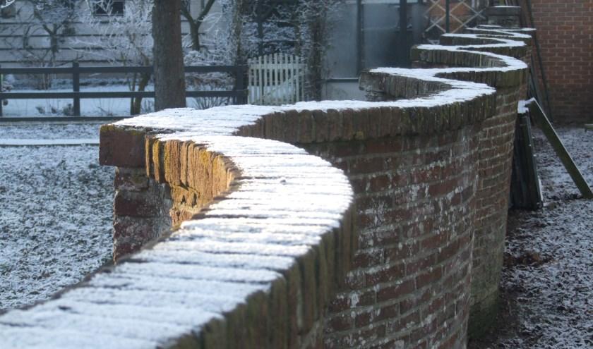 Slingermuur (in Linschoten 'slangenmuur'),  gemetseld halverwege de 18de eeuw, je loopt er zonder dat je er erg in hebt gewoon aan voorbij.