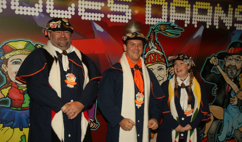 Hoogheid Prins Ruben 1 (midden), Nar Malou (rechts) en Sjampetter Rinus (links) maken tijd om te vertellen waar carnaval in Tullepetaonestad echt om draait. FOTO'S: Leo de Jaeger