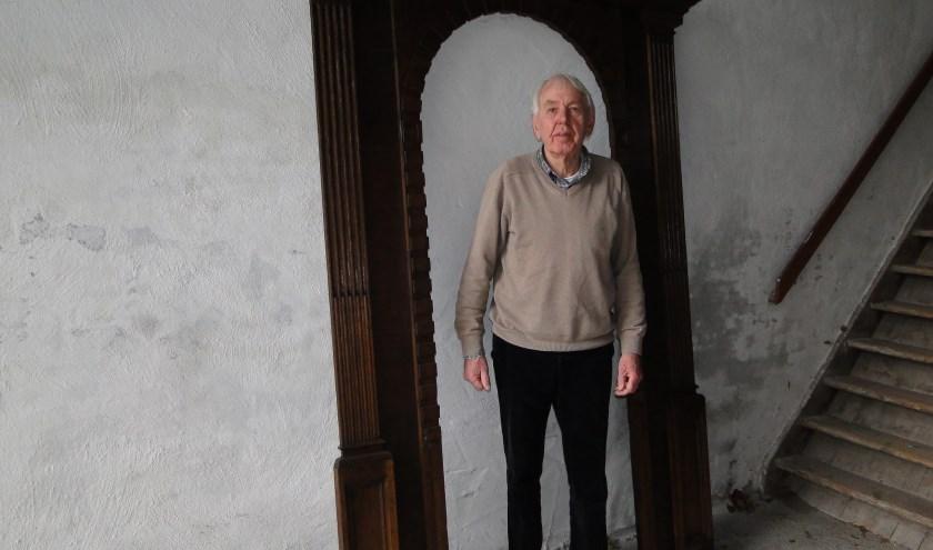 Jan van 't Riet heeft het synagogepoortje gerestaureerd voordat het in de St. Michaëlskerk geplaatst wordt. (Foto: Margreet Nagtegaal)