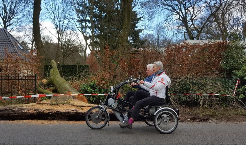 Vrijwilligers van de Stichting Fietsmaatjes oefenen in tweetallen het rijden met een duofiets om getraind, ervaren en veilig aan de slag te kunnen zodra de nieuwe duofiets is geleverd.