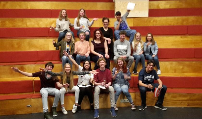 Dertien getalenteerde jonge acteurs van 12 tot en met 15 jaar staan op 28, 29 en 30 april op de planken met de voorstelling Macbeth. Hier staan ze op de foto met de professionele makers.