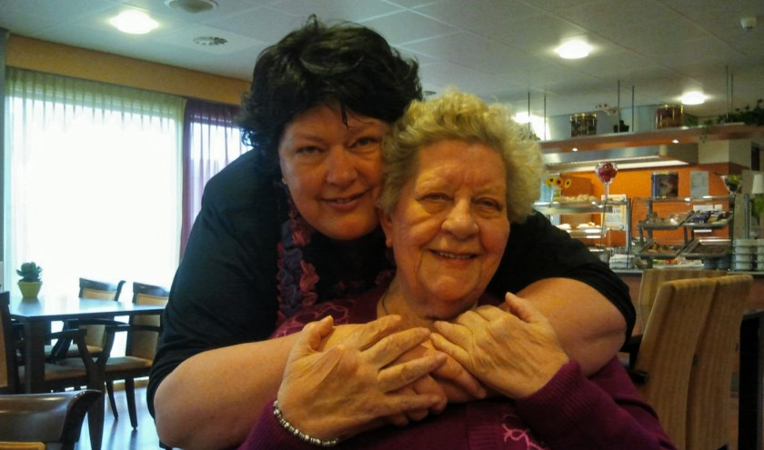 Ria Tuenter met haar moeder. (foto: Ria Tuenter)