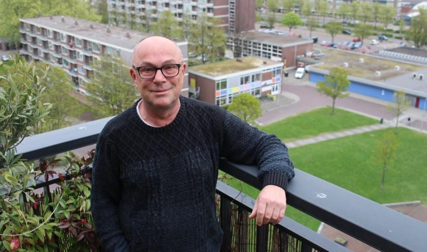 """Frank Koenen woont bij het Poptapark: """"Het is heel leuk om hier te wonen. Poptahof is de wereld in het klein. Ik vind het belangrijk om in de wijk bezig te zijn, omdat je zo veel mensen kan betrekken bij hun directe leefomgeving. Iedereen wil in een leuke en bruisende wijk wonen, toch?"""""""