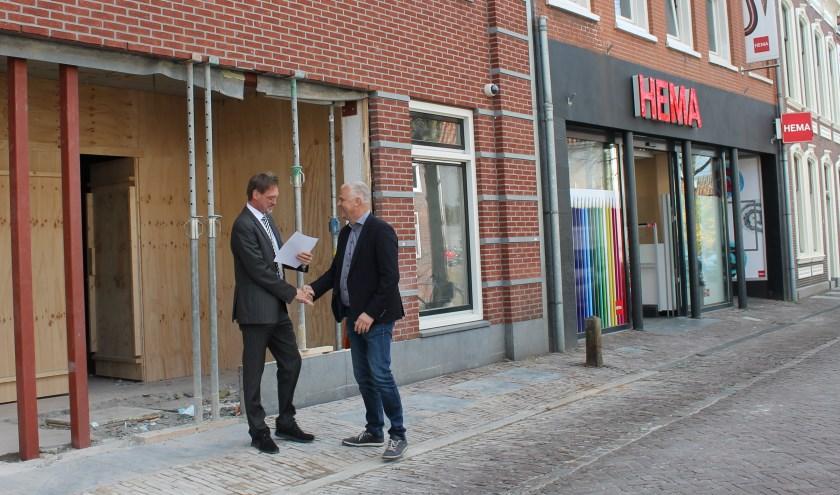 Wethouder Bob Duindam overhandigt de omgevingsvergunning voor de verbouw aan Rick van der Weijden van de HEMA. (Foto: Aad Kuiper)