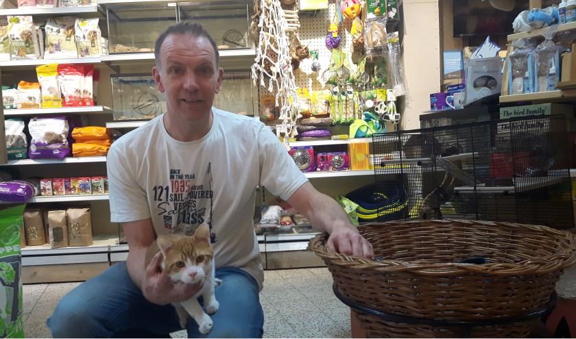 Eigenaar Richard en winkelkat Kees zijn blij met hun vernieuwde Pet Needs. (Tekst en foto: www.theatertaal.nl)