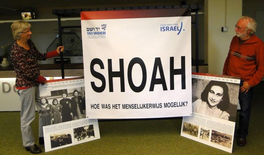 Expositie Holocaust Gerrit en Elly Snieder laten een paar fotopanelen vast zien. (Tekst en foto: Margreet Nagtegaal)