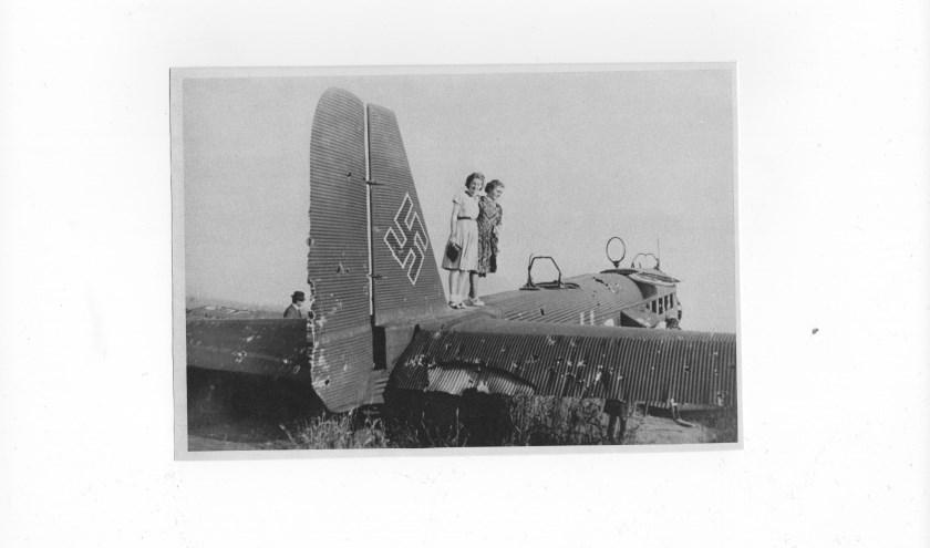 Een neergehaald Duits vliegtuig. De Delftenaren waren nieuwsgierig en gingen een kijkje nemen.
