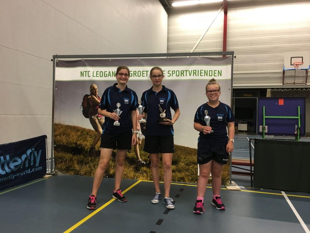 De Top 3 bij de meisjes: kampioen  Ymke Nederlof, samen met Mariëlle Oudendorp (2e) en  Marianne Koetsier (3e).  © DPG Media