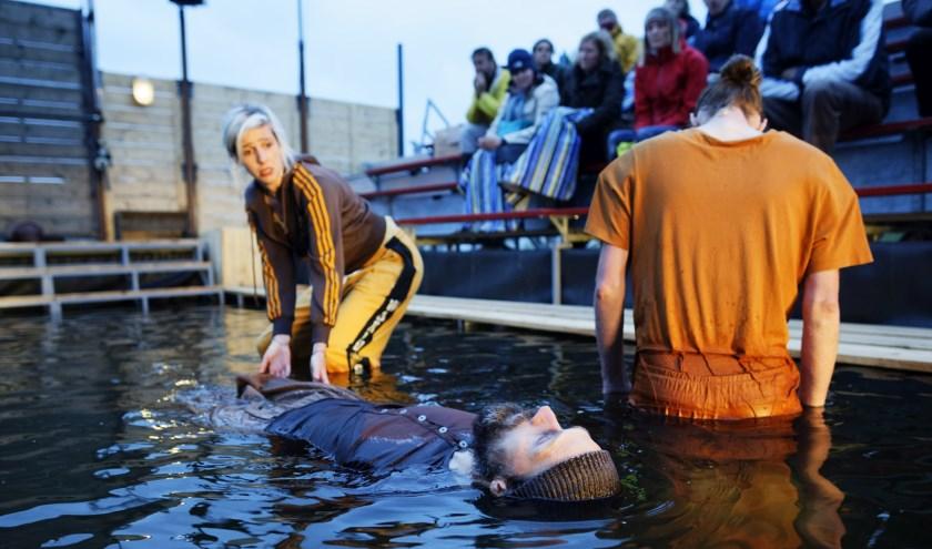 Scène uit de voorstelling 'Lampedusa' waarvoor 30.000 liter water nodig is.