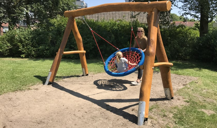 Een schommel op de nieuwe speeltuin achter het appartementencomplex in de Burgemeester Freijterslaan. Josche heeft zich hard gemaakt voor de speeltuin en geniet er nu met haar dochter Lotte van.
